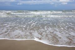 Νερό που κυλά επάνω επάνω στην ακτή στοκ εικόνες με δικαίωμα ελεύθερης χρήσης