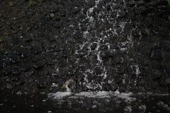 Νερό που μειώνει το μαύρο Stone στοκ φωτογραφίες