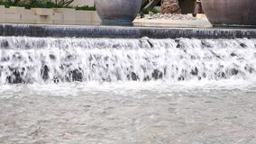 Νερό που ορμά κάτω στην πηγή φιλμ μικρού μήκους