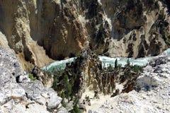 Νερό που ορμά κατευθείαν το μεγάλο φαράγγι στο πάρκο yellowstone Στοκ Εικόνες