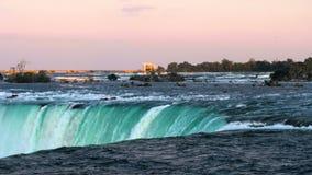 Νερό που ορμά πέρα από τις πεταλοειδείς πτώσεις, καταρράκτες του Νιαγάρα, Οντάριο, Καναδάς Ηλιοβασίλεμα απόθεμα βίντεο