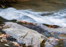Νερό που πέφτει απότομα πέρα από τους λίθους Στοκ Εικόνα