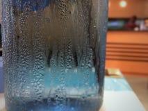 Νερό που πέφτουν στο γυαλί Στοκ φωτογραφία με δικαίωμα ελεύθερης χρήσης