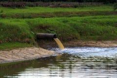 Νερό που ρέει έξω του σωλήνα Στοκ Εικόνες