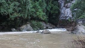 Νερό που ρέει από τη σπηλιά Kong Lo απόθεμα βίντεο