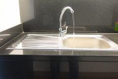 Νερό που ρέει από τη στρόφιγγα washbasin Στοκ εικόνες με δικαίωμα ελεύθερης χρήσης