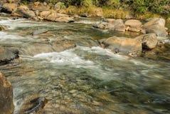 Νερό που ρέει πέρα από γρήγορο με τους βράχους και τους λίθους Στοκ εικόνα με δικαίωμα ελεύθερης χρήσης