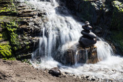 Νερό που ρέει πέρα από τους βράχους σε βόρεια Καλιφόρνια Στοκ φωτογραφία με δικαίωμα ελεύθερης χρήσης