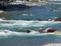 Νερό που ρέει στον ποταμό Στοκ εικόνα με δικαίωμα ελεύθερης χρήσης