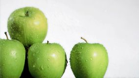 Νερό που στάζει έξοχο σε σε αργή κίνηση στα μήλα απόθεμα βίντεο