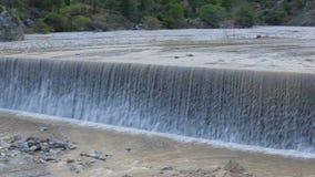 Νερό που στάζει από τα βουνά Περπατημένος καταρράκτης απόθεμα βίντεο