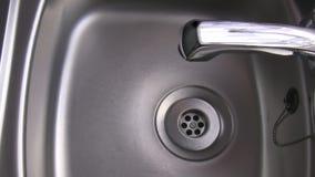 Νερό που στάζει από τη βρύση απόθεμα βίντεο