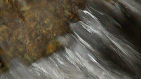 Νερό που στάζει από το βράχο με τον ήχο φιλμ μικρού μήκους