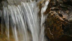 Νερό που στάζει από το βράχο με τον ήχο απόθεμα βίντεο