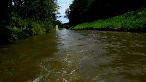 Νερό που στροβιλίζεται πίσω από τη βάρκα skiff με τη μικρή μηχανή στο κανάλι Bata στη Μοραβία, Δημοκρατία της Τσεχίας απόθεμα βίντεο