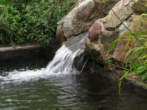 Νερό που τρέχει πέρα από τους βράχους Στοκ Φωτογραφία