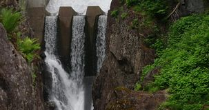 Νερό που τρέχει spillway ενός φράγματος απόθεμα βίντεο