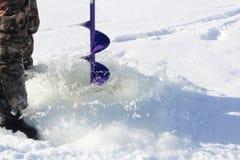 Νερό που χρησιμοποιείται για να καθαρίσει έξω μια τρύπα αλιείας Στοκ Φωτογραφία