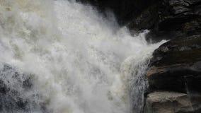 Νερό που χτυπά τον καταρράκτη βράχων απόθεμα βίντεο