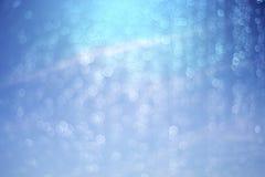 Νερό πτώσης και bokeh αφηρημένο μπλε υποβάθρου Στοκ εικόνα με δικαίωμα ελεύθερης χρήσης
