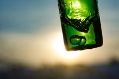 Νερό στο πράσινο μπουκάλι με τις φυσαλίδες Στοκ Φωτογραφία