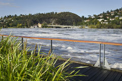 Νερό της πλημμύρας στον ποταμό θλ*ταμαρ, Launceston, Τασμανία Στοκ Εικόνες