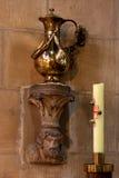 Νερό της Holly και ένα κερί Στοκ Εικόνες