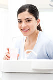 Νερό υγιεινής για το στόμα - πλύσιμο Στοκ εικόνες με δικαίωμα ελεύθερης χρήσης