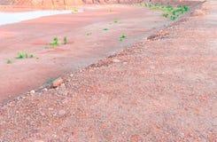 Νερό φραγμάτων ξηρό καλοκαιριού και ακρών πετρών εδαφολογικού πορτοκαλιού εδάφους πατωμάτων συστάσεων του πορτοκαλιού στο υπόβαθρ Στοκ φωτογραφία με δικαίωμα ελεύθερης χρήσης