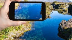 νερό φωτογραφιών τουριστών στη γήινη ρωγμή Silfra Στοκ φωτογραφία με δικαίωμα ελεύθερης χρήσης