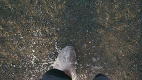 Νερό ψεκασμού ποδιών ατόμων ` s στην ακτή σε αργή κίνηση απόθεμα βίντεο