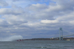 Νερό ψεκασμών πυροσβεστικών πλοίων FDNY στον αέρα για να γιορτάσει την έναρξη του μαραθωνίου 2014 πόλεων της Νέας Υόρκης στο μέτω στοκ εικόνα