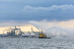 Νερό ψεκασμών Kapitan Poinc ρυμουλκών Στοκ φωτογραφίες με δικαίωμα ελεύθερης χρήσης