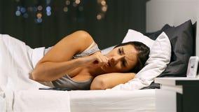 Νευρική γυναίκα που περιμένει ένα τηλεφωνικό μήνυμα στη νύχτα απόθεμα βίντεο