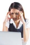 Νευρική επιχειρηματίας που χρησιμοποιεί ένα lap-top Στοκ φωτογραφία με δικαίωμα ελεύθερης χρήσης