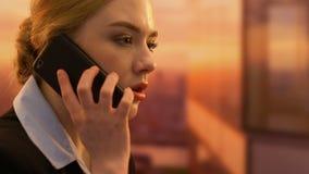 Νευρική επιχειρησιακή γυναίκα που κραυγάζει στο τηλέφωνο, προβλήματα εργασίας απόφασης, να υποστηρίξει φιλμ μικρού μήκους