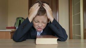 Νευρική διακοπή παιδιών ` s Το αγόρι δεν θέλει να μελετήσει φιλμ μικρού μήκους