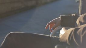 Νευρική περιμένοντας γυναίκα απόθεμα βίντεο