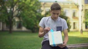 Νευρική συνεδρίαση εφήβων στο κιβώτιο δώρων εκμετάλλευσης πάγκων και αναμονή για τη φίλη φιλμ μικρού μήκους
