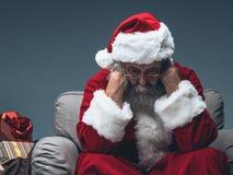 Νευρικός Άγιος Βασίλης στη Παραμονή Χριστουγέννων Στοκ Φωτογραφίες