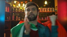 Νευρικός αθλητικός ανεμιστήρας με την πορτογαλική αντιστοιχία προσοχής σημαιών στο μπαρ που ανατρέπεται για την ήττα απόθεμα βίντεο