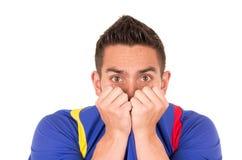 Νευρικός ανεμιστήρας ποδοσφαίρου που φορά την μπλε προσοχή μπλουζών Στοκ φωτογραφία με δικαίωμα ελεύθερης χρήσης