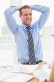 Νευρικός επιχειρηματίας με τα χέρια στο κεφάλι Στοκ Εικόνα