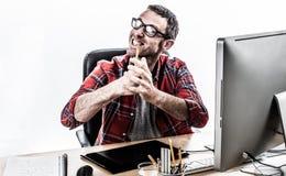 Νευρικός επιχειρηματίας που εκφράζει την ενόχληση και τη βία του με τα ματαιωμένα χέρια Στοκ φωτογραφία με δικαίωμα ελεύθερης χρήσης