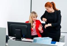 Νευρικός εργαζόμενος συναδέλφων δύο στην αρχή με τον υπολογιστή Στοκ φωτογραφία με δικαίωμα ελεύθερης χρήσης