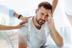 Νευρικό γενειοφόρο άτομο που είναι στην απελπισία Στοκ εικόνες με δικαίωμα ελεύθερης χρήσης