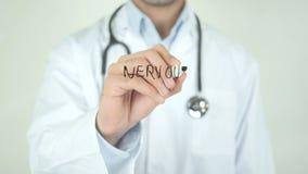 Νευρικό σύστημα, γιατρός που γράφει στη διαφανή οθόνη φιλμ μικρού μήκους