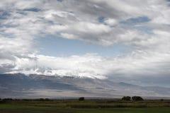 Νεφελώδεις ουρανοί πέρα από το υποστήριγμα Ararat στην Αρμενία Στοκ Εικόνες