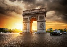 Νεφελώδεις ουρανός και Arc de Triomphe Στοκ Φωτογραφίες