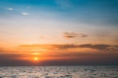 Νεφελώδες βαλμένο σε στρώσεις ηλιοβασίλεμα στον ωκεανό Στοκ Φωτογραφία